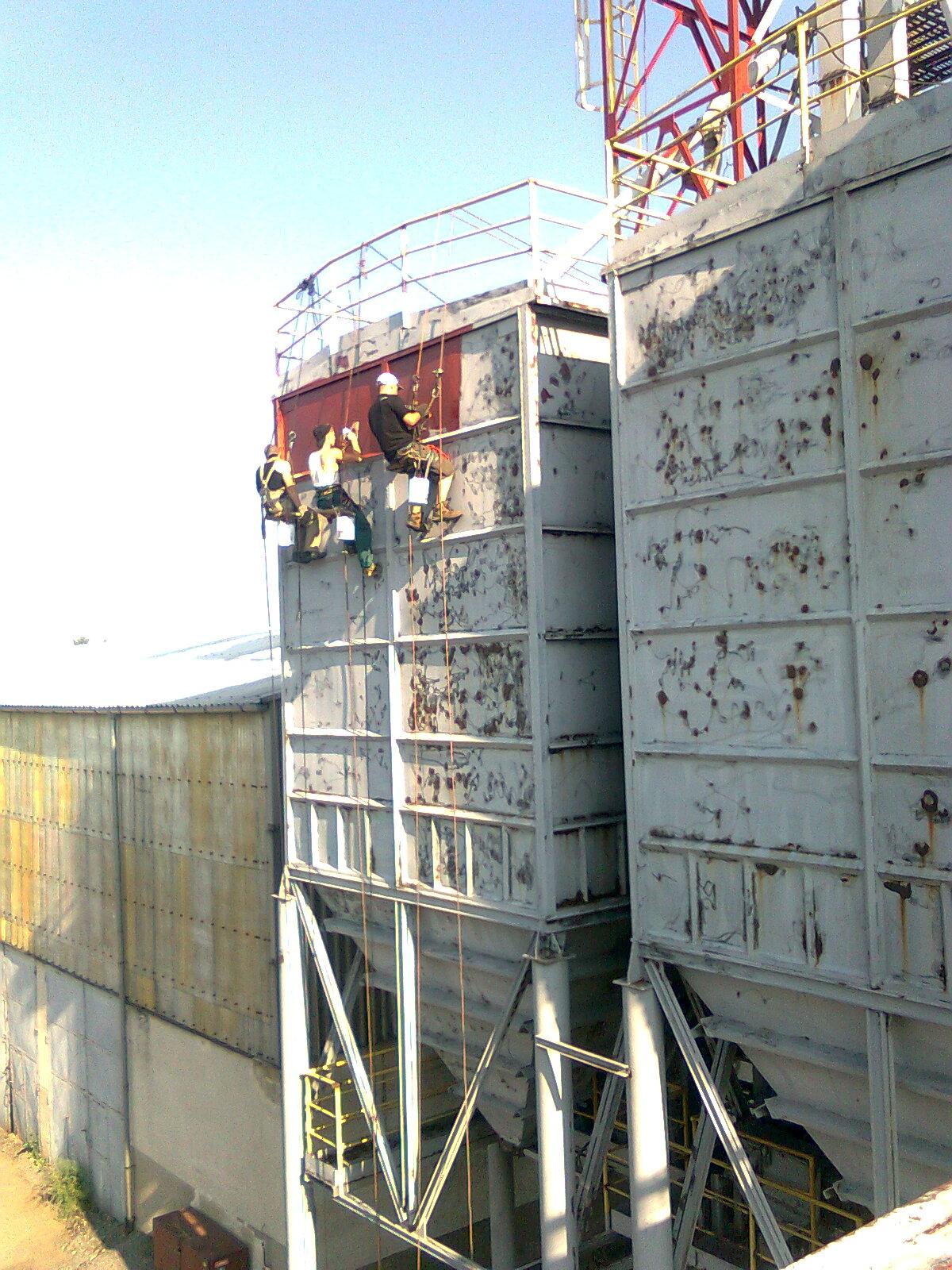 Nátěr železné konstrukce poblíž Žďáru nad Sázavou
