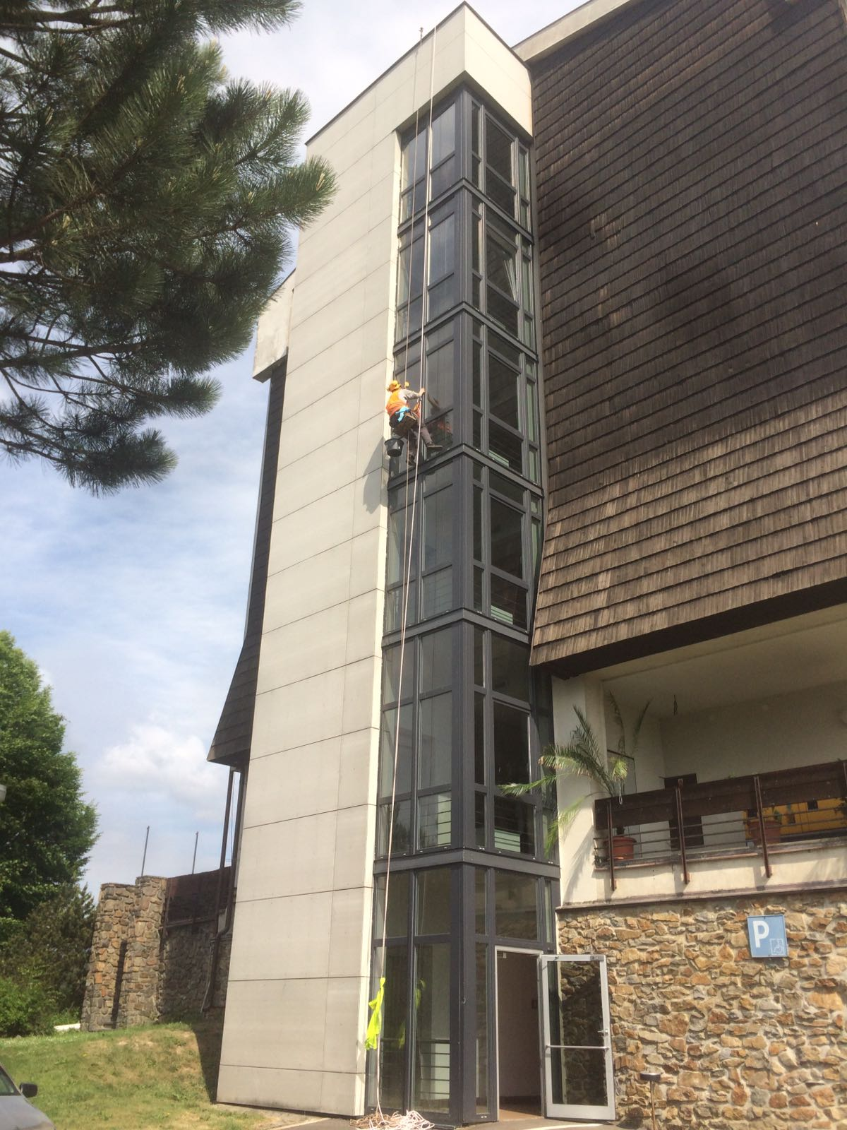 Mytí oken lanovou technikou, Hotel Skalský Dvůr